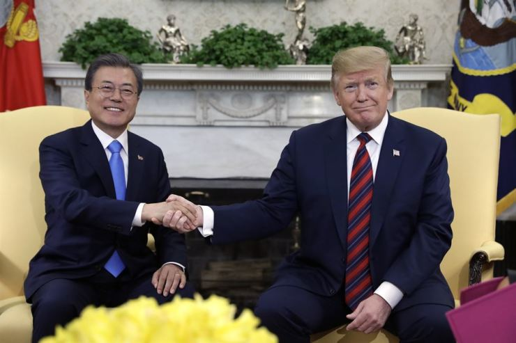 President Moon Jae-in and his U.S. counterpart Donald Trump shake hands in the Oval Office of the White House, in Washington, Thursday (local time). AP