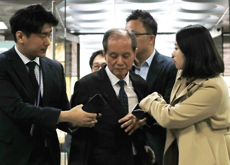 Hong Ji-ho, former president of SK Chemicals, enters the Seoul Central District Court in southern Seoul, Wednesday, to attend a court review on issuing an arrest warrant for him over the company's alleged hiding of evidence for toxicity of its humidifier disinfectant products. The court issue the warrant later in the day. /Yonhap