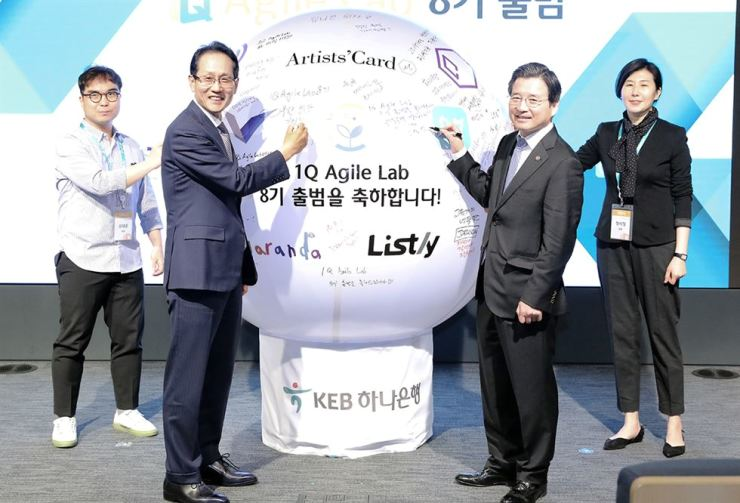 KEB Hana Bank CEO Ji Sung-kyoo, second from left, and Financial Services Commission Vice Chairman Kim Yong-beom, second from right, pose with officials from startup firms at the bank's head branch in Jung-gu, central Seoul, Thursday. / Courtesy of KEB Hana Bank