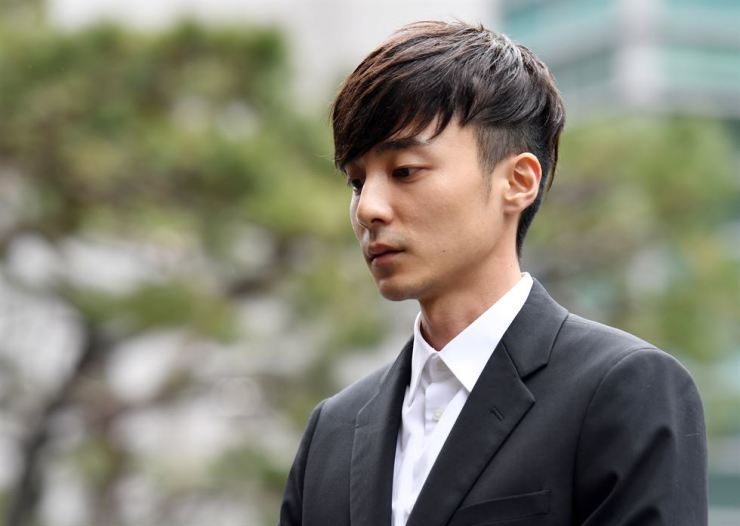 K-pop star Roy Kim arrives at Seoul Metropolitan Police Agency in central Seoul, Wednesday, for questioning about his alleged sharing of sex photos online. Yonhap