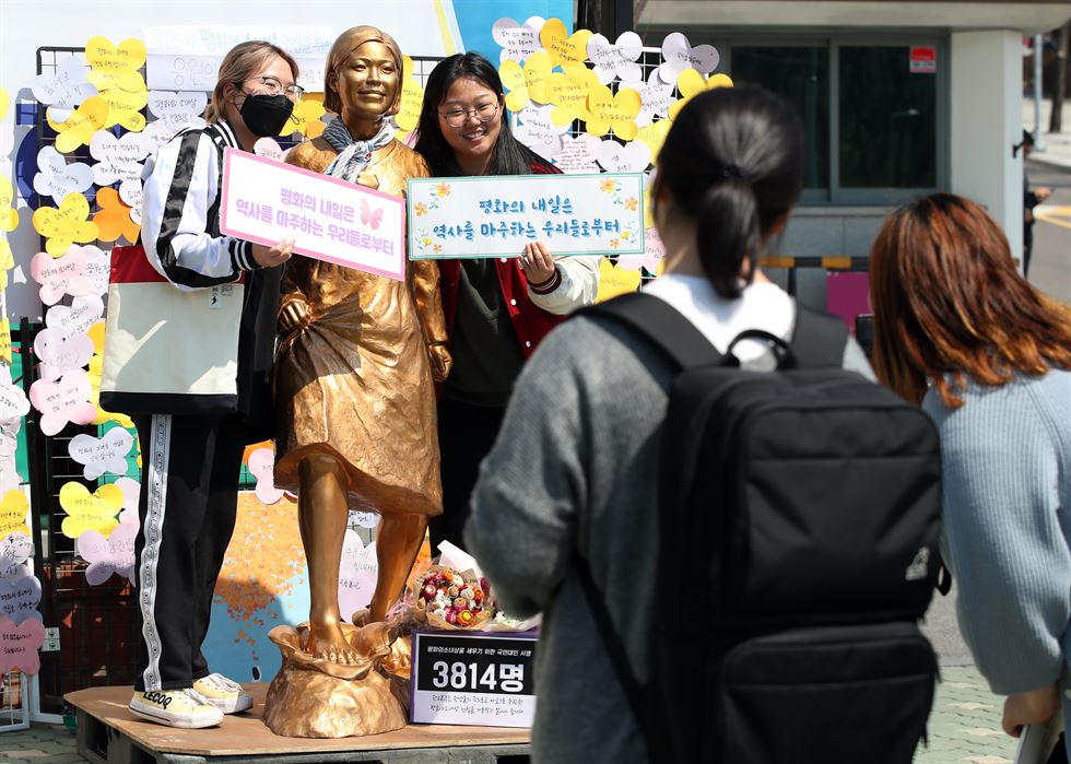 A handcrafted 'comfort women' statue stands near the front gate of Kookmin University in Seoul, Thursday. Students tried to move it onto the campus, but school authorities blocked them, calling the statue a 'political campaign.' Yonhap