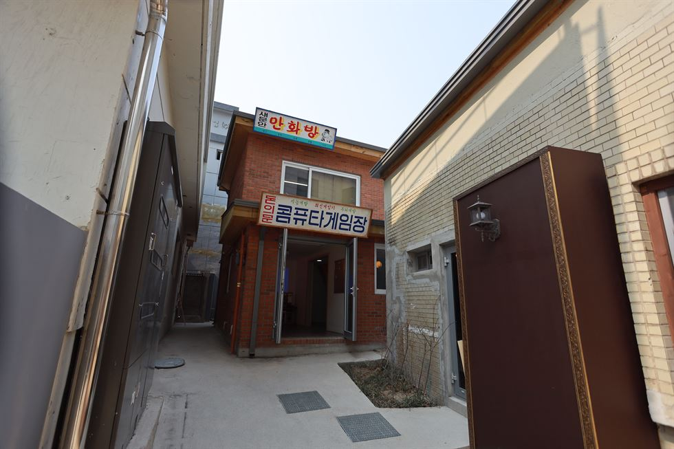 'Saemunan Theater,' a replication of a Korean movie theater from the 1960s to 80s, stands in the middle of Donuimun Museum Village, Jongno, Seoul. Old movies are screened for free on the second floor. / Courtesy of Seoul Metropolitan Government