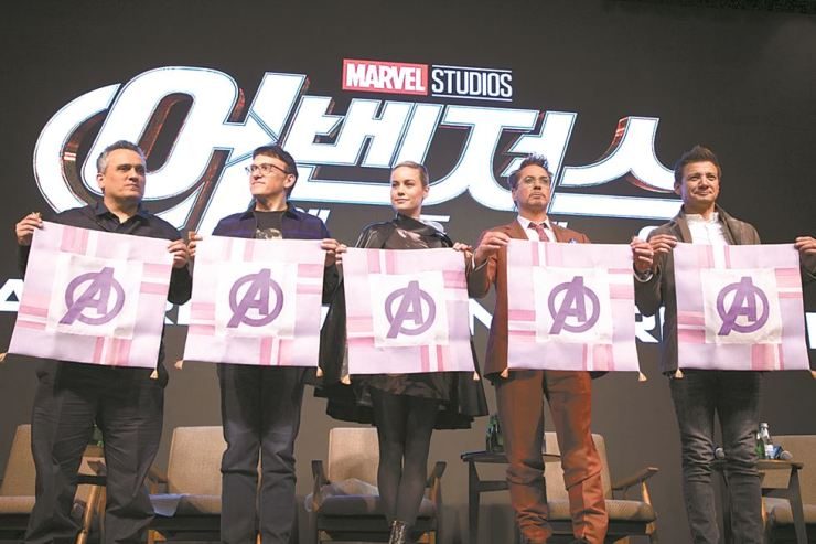 'Avengers: Endgame' directors Joe Russo (left), and Anthony Russo, and stars Brie Larson, Robert Downey Jr. and Jeremy Renner, hold jogakbo, traditional Korean patchwork featuring the Avengers' symbol during the press conference in Seoul, Monday. Korea Times photo by Choi Won-suk