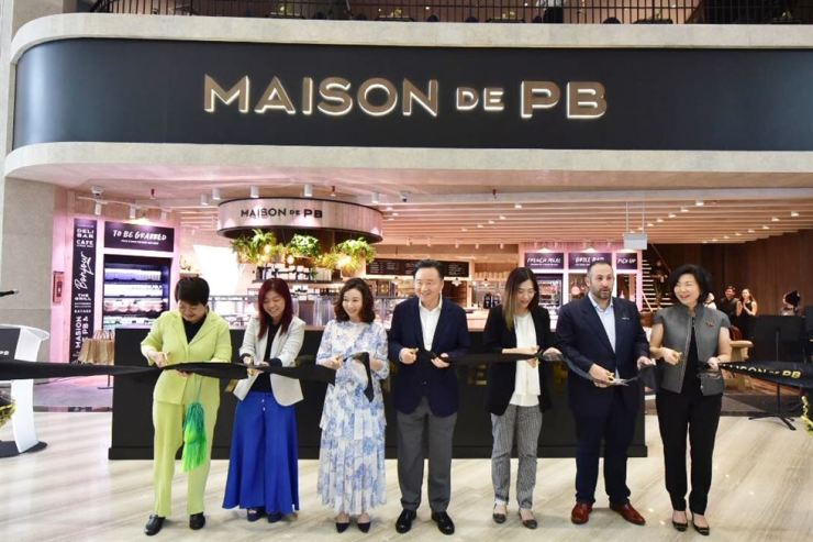 SPC Group CEO Hur Young-in, center, attends a tape-cutting event with Changi Airport Group Executive Vice President Lim Peck Hoon, third from right, Jewel Changi Airport Development CEO Hung Jean, second from left, and other guests during a ceremony to mark the opening of Maison de PB in Jewel Changi Airport in Singapore, Wednesday. / Courtesy of SPC Group