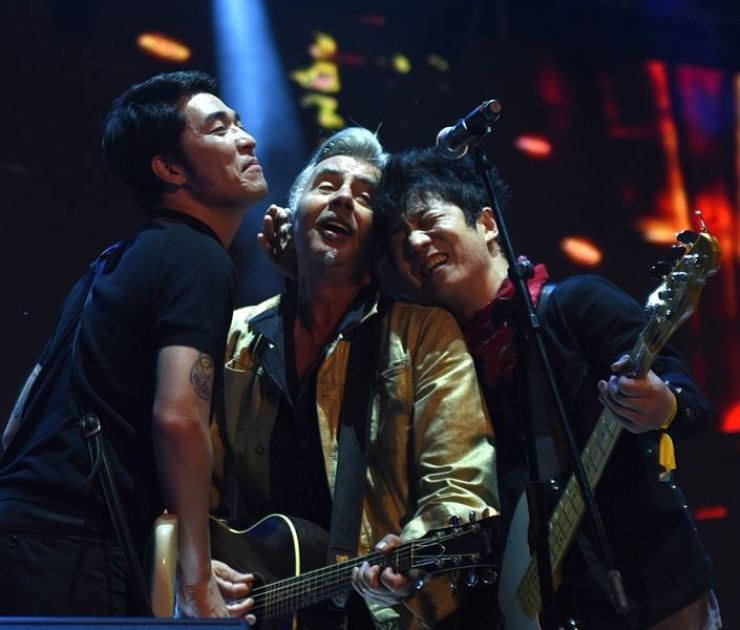 Former Sex Pistols bassist Glen Matlock, center, performs at DMZ Peace Train Music festival 2018 alongside former No Brain member Cha-Cha, left, and Crying Nut bassist Captain Rock. / Korea Times photo by Jon Dunbar