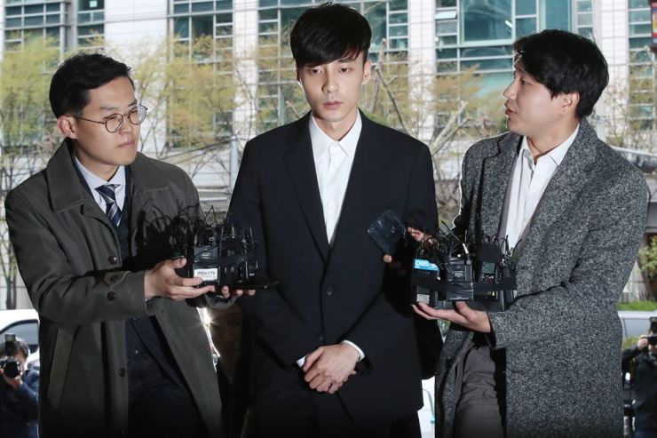 Singer Roy Kim speaks to reporters before entering the Seoul Metropolitan Police Agency in Seoul, Wednesday. Yonhap