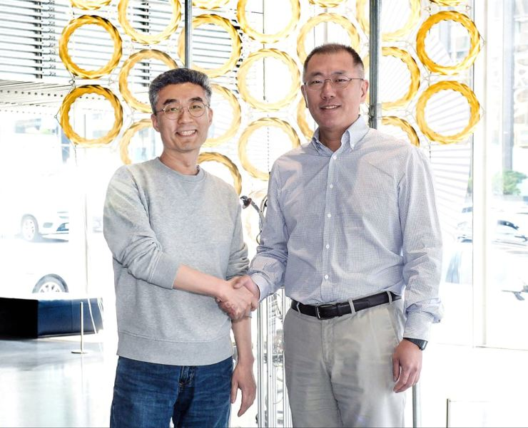 Hyundai Motor Group Executive Vice Chairman Chung Eui-sun, right, shakes hands with CODE42.ai CEO Song Chang-hyun after their meeting at Hyundai Motor Studio Seoul in Nonhyeon-dong, Seoul, Wednesday. Courtesy of Hyundai Motor Group