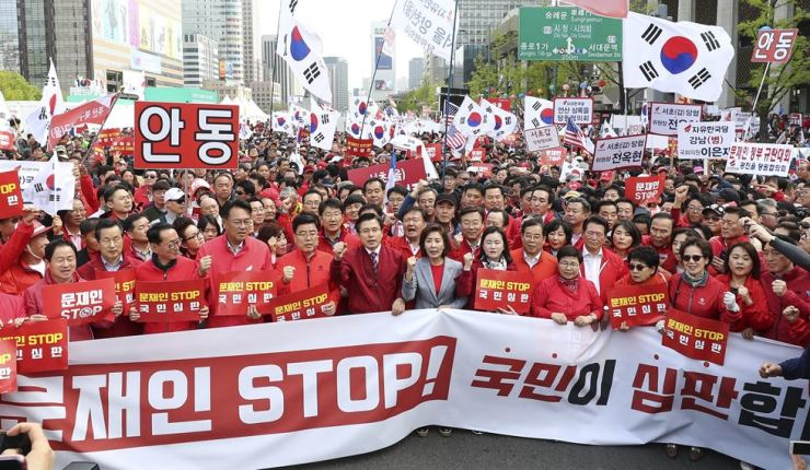 Members of the main opposition Liberty Party Korea and its supporters hold a street rally to criticize the Moon Jae-in administration for what they called its poor economic and diplomatic performances in Seoul, Saturday. / Yonhap