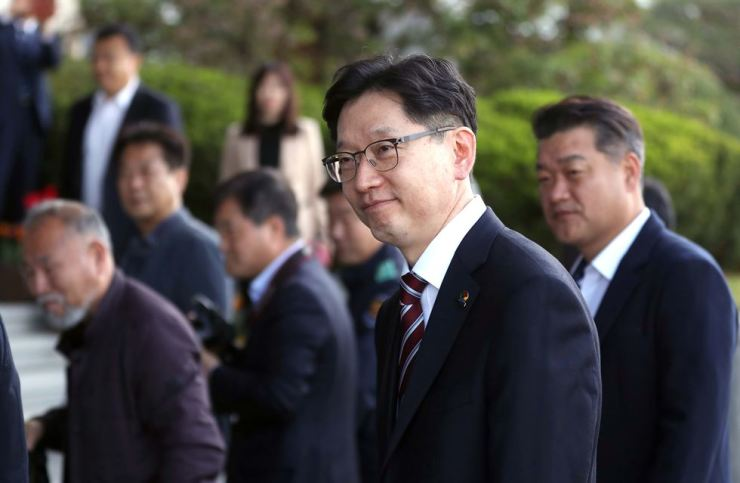 South Gyeongsang Province Governor Kim Kyoung-soo arrives for work at his office in Changwon, Thursday, a day after being released on bail after 77 days of detention for online opinion-rigging charges. He was sentenced to two years in prison in January for colluding with a blogger to carry out an illicit operation to sway online public opinion in favor of then-presidential candidate Moon Jae-in before the 2017 presidential election. The appeals court approved bail, saying he was unlikely to flee or destroy evidence. /Yonhap