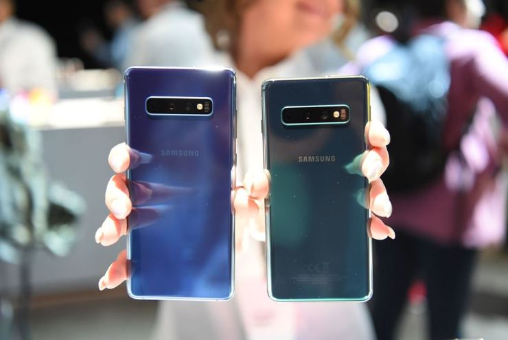 A Samsung employee displays an S10+ (L) and an S10 (R) phone during the Samsung Unpacked product launch event in San Francisco, California, Feb. 20. AFP
