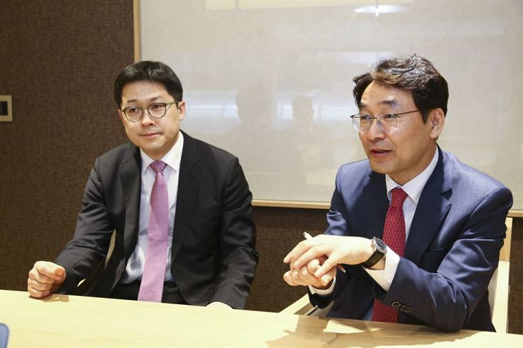 Samsung Securities Research Center co-Head Oh Hyun-seok, right, and Yoon Sok-mo speak during an interview with The Korea Times at the brokerage's head office in Gangnam-gu, Seoul, April 11. Courtesy of Samsung Securities