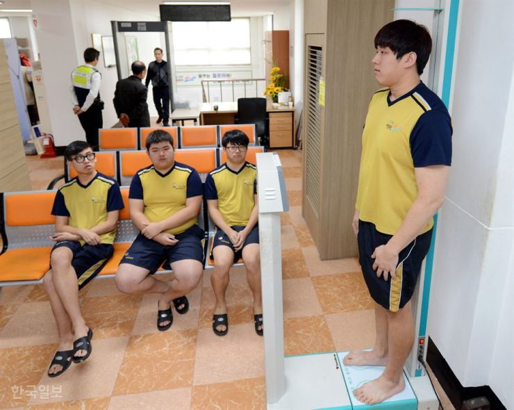 A man has his height measured during a checkup for military service at the Seoul office of the Military Manpower Administration in this 2016 photo. / Korea Times file