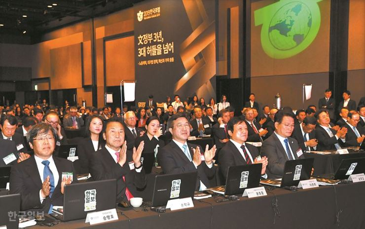 Dignitaries applaud at the 6th Korea Forum at the Shilla Seoul, Thursday. They are, from left, Korea Times Chairman Seung Myung-ho, Bareunmirae Party Chairman Sohn Hak-kyu, Democratic Party of Korea (DPK) Secretary General Yoon Ho-joong, Hankook Ilbo President Lee Jun-hee and Rep. Song Young-gil of the DPK. / Korea Times photo by Ko Young-kwon