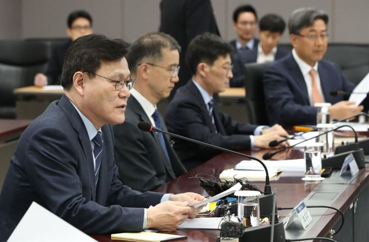 Financial Services Commission Chairman Choi Jong-ku, left, speaks at a meeting on consumer protection in Seoul, Thursday. Yonhap
