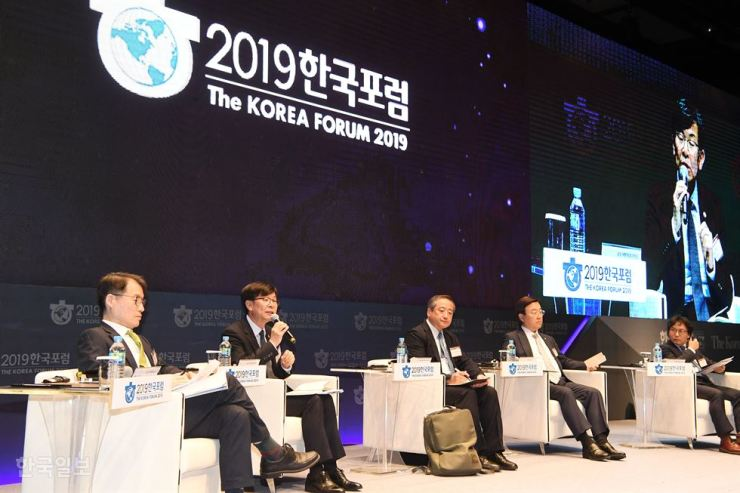 Panelists speak during the second session of The Korea Forum 2019, co-hosted by The Korea Times and its sister paper the Hankook Ilbo at the Shilla Seoul, Thursday. From left are moderator Seoul National University Professor Lee Keun, Fair Trade Commission Chairman Kim Sang-jo, Keio University Professor Isao Yanagimachi, Rep. Kim Jong-seok of the Liberty Korea Party and National University of Singapore Professor Shin Jang-sup. Korea Times photo by Koh Young-kwon