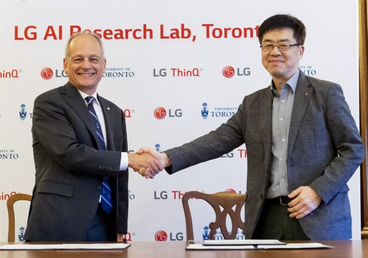 LG Electronics Chief Technology Officer Dr. I.P. Park, right, shakes hands with Meric Gertler, president of University of Toronto, after agreeing to carry out joint research in artificial intelligence in this photo released by the company on Aug. 1. / Courtesy of LG Electronics