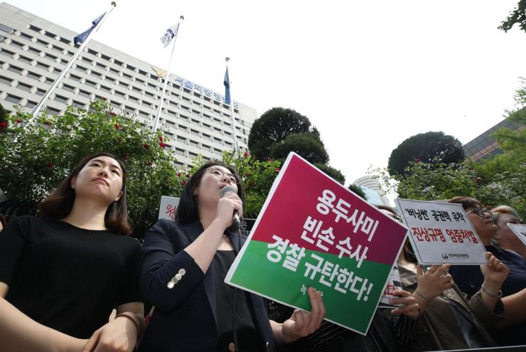 Women's rights groups hold a press conference in front of Seoul Metropolitan Police Agency, Friday, condemning the recent results of the police's investigation into the Burning Sun nightclub which failed to discover alleged cozy ties between police and club operators. Yonhap