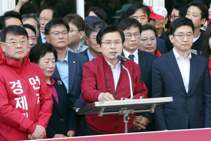 Liberty Korea Party Chairman Hwang Kyo-ahn speaks during his nationwide tour to protest the government at Jagalchi Market in Busan, Tuesday. / Yonhap