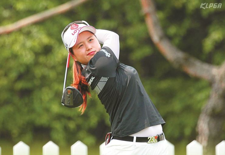 Choi Hye-jin plays a shot on the first hole during the NH Investment & Securities Ladies Championship at Suwon Country Club in Yongin, Gyeonggi Province, Sunday. Choi won the championship, which is the sixth KLPGA title of her career. Yonhap
