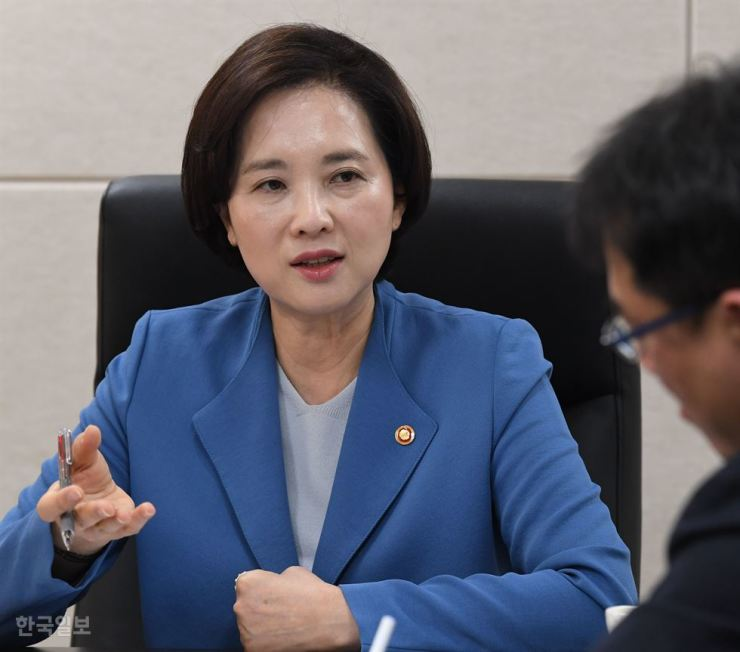 Education Minister Yoo Eun-hae speaks during an interview with The Korea Times and the Hankook Ilbo in Seoul, May 8. Korea Times photo by Bae Woo-han