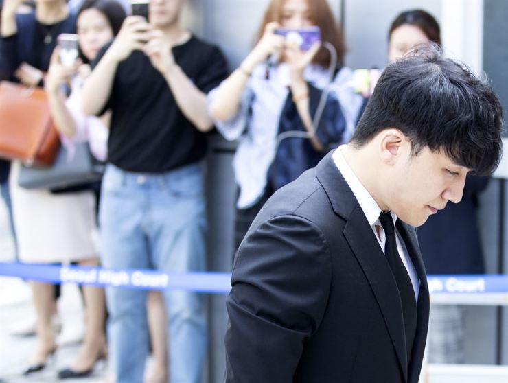 Seungri walks into Seoul Central District Court to attend a hearing on his arrest warrant on Tuesday. The court will decide whether to issue an arrest warrant for him on embezzlement and pimping charges. Yonhap