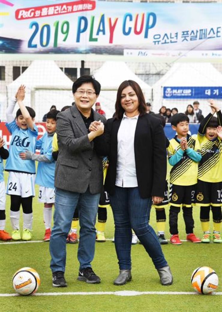 Homeplus CEO Lim Il-soon, left, and P&G Korea General Manager Balaka Niyazee pose for a photo at a futsal tournament hosted by the two companies at a Homeplus store in Goyang, Gyeonggi Province, April 6. Courtesy of Homeplus