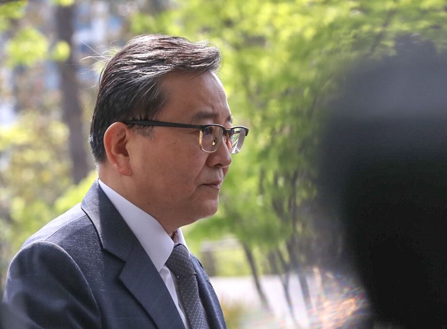 Former Vice Justice Minister Kim Hak-ui walks into the Seoul Eastern District Prosecutors' Office on Thursday. Korea Times photo by Shim Hyun-chul