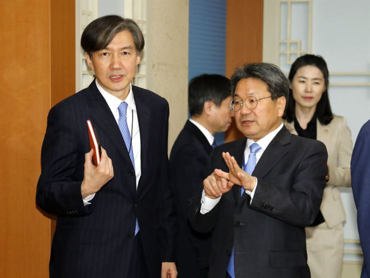 Cho Kuk, left, a senior presidential secretary for civil affairs and Kang Gi-jung, a presidential secretary for political affairs before having a Cabinet meeting at the presidential office Cheong Wa Dae, Tuesday. / Yonhap