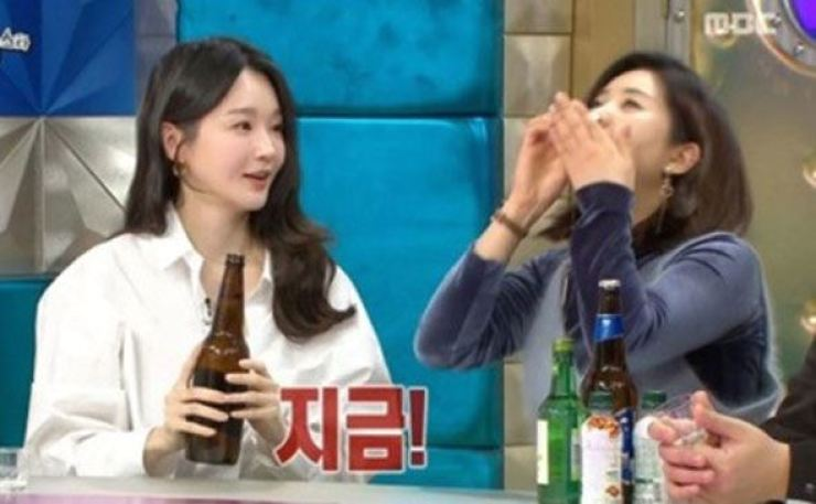 Singer Kang Min-kyung makes a bomb shot for comedian Kang Yoo-mi on MBC talk show 'Radio Star' in February. Capture from MBC