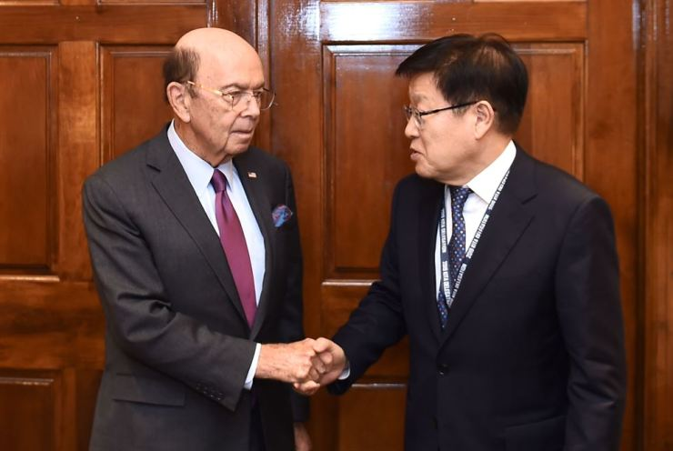 Korea International Trade Association (KITA) Chairman Kim Young-ju, right, shakes hands with United States Secretary of Commerce Wilbur Ross during their meeting in Washington, D.C., Tuesday (local time). Kim asked the U.S. government to be more flexible in investment, visa and trade policies and exempt Korea from a list of countries that will be affected by Section 232 of the Trade Expansion Act, which will impose a 25 percent tariff on imported cars. Courtesy of KITA