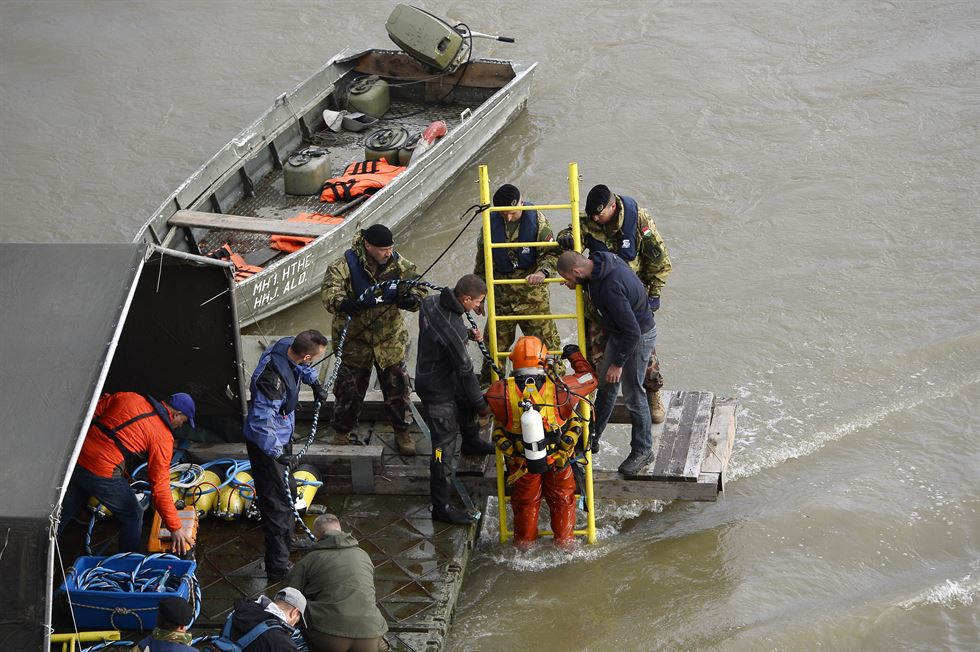 Hungarian counter terror police divers and technical teams are seen on boats on the Danube river on May 30, 2019 in Budapest during the operations to pull out of the water the 'Mermaid' sightseeing boat that sank overnight after colliding with a larger vessel in pouring rain. - Hungarian police launched a criminal investigation into one of the country's worst boat accidents that left at least seven South Korean tourists dead and 21 others missing. (Photo by Attila KISBENEDEK / AFP)