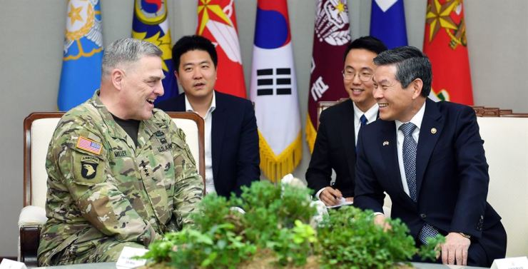 Defense Minister Jeong Kyeong-doo, right, holds talks with U.S. Army Chief of Staff Gen. Mark Milley at the Ministry of National Defense in Seoul, Thursday. They discussed how to strengthen alliances, bilateral defense issues and the denuclearization efforts on the Korean Peninsula, the ministry said. Courtesy of Ministry of National Defense