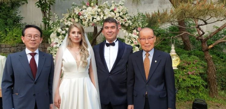 Turkish Ambassador to Korea Ersin Ercin, second from right, and his bride, Muge, pose with two of their guests - Hanyang University Distinguished Professor and Sunfull Foundation Chairman Min Byoung-chul, left, and Honorary Adviser to Turkish Embassy in Korea Park Sang-ik, right - during their wedding at the Turkish ambassador's residence in Seongbuk-dong, Seoul, May 18. The rare wedding of a sitting ambassador in Seoul saw other foreign envoys as well as dignitaries from the religious, academic, business and political sectors invited. Ercin has been serving his term since January 2018. / Korea Times photo by Yi Whan-woo