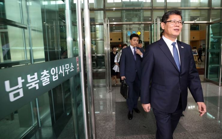 South Korean Unification Minister Kim Yeon-chul leaves the Inter-Korean Transit Office in Paju, Gyeonggi Province, Wednesday, after returning from the inter-Korean liaison office in Gaesong, North Korea, earlier that day. Yonhap