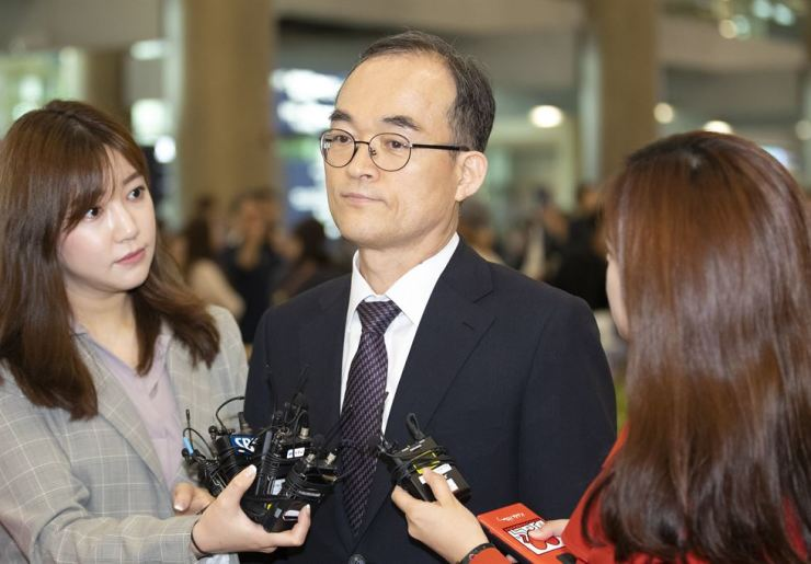 Prosecutor-General Moon Moo-il speaks to journalists at Incheon International Airport, Saturday, upon his return from an overseas trip legging Oman, Kyrgyzstan, Uzbekistan and Ecuador. Yonhap