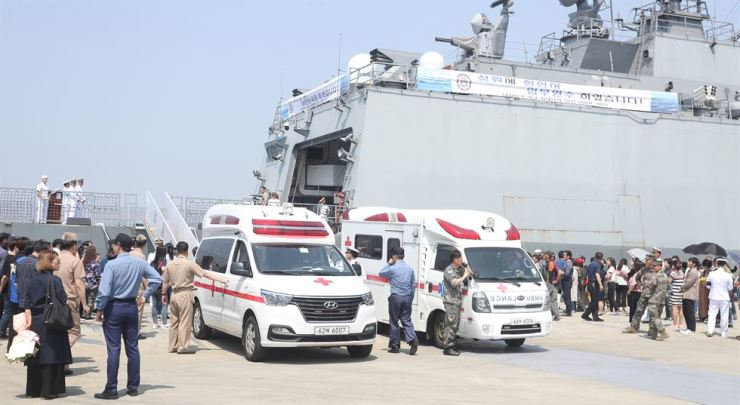 Emergency medical crew take the injured to ambulances after a mooring rope on a Navy destroyer snapped, killing one and injuring four in Jinhae, South Gyeongsang Province, Friday. Yonhap