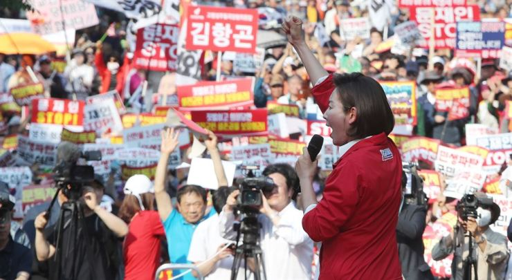 Rep. Na Kyung-won, floor leader of the main opposition Liberty Korea Party, delivers a speech during her party's nationwide tour to criticize the Moon Jae-in administration in Daegu, Saturday. She came under fire for calling Moon's fans by using insulting remarks such as 'Moonppa,' which means Moon's crazed fan, and 'Dalchang,' Moon's whore. / Yonhap