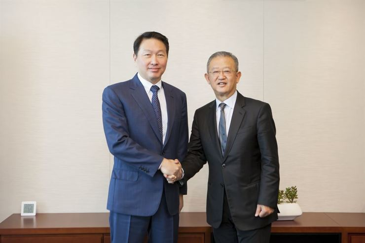 AIA Group CEO Ng Keng Hooi, right, and SK Group Chairman Chey Tae-won shake hands before a meeting held at SK's headquarters in central Seoul, Thursday. The leaders discussed ideas for the two companies to cooperate in corporate social responsibility, based on their existing project aimed at improving public health. / Courtesy of AIA Korea
