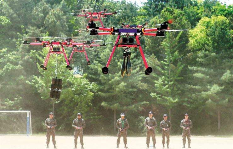 Soldiers demonstrate attack drones carrying explosives  at the Republic of Korea Army Intelligence School in Icheon, Gyeonggi Province, Thursday. Yonhap