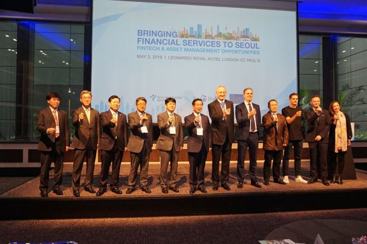 Financial Supervisory Service (FSS) First Deputy Governor Yoo Kwang-yeol, fifth from left, and Seoul Mayor Park Won-soon, sixth from left, pose with City of London's Lord Mayor Peter Estlin, seventh from left, and other dignitaries at the Financial Hub Seoul Conference held by the FSS and the Seoul Metropolitan Government in London on May 3. At the event held to attract foreign financial firms to Seoul, Yoo promoted Korea's growing pension fund market and the government's support for the growth of fintech. The FSS and Seoul City also held an investment relations event in Edinburgh on April 30. / Courtesy of the FSS