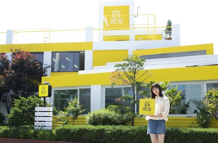 Actress and face of Dongsuh Foods Lee Na-young poses for a photo in front of coffee brand Maxim's pop-up store Mocha Radio in Hapjeong-dong in Seoul, Tuesday. Visitors can experience the philosophy and expertise included in Maxim. Courtesy of Dongsuh Foods