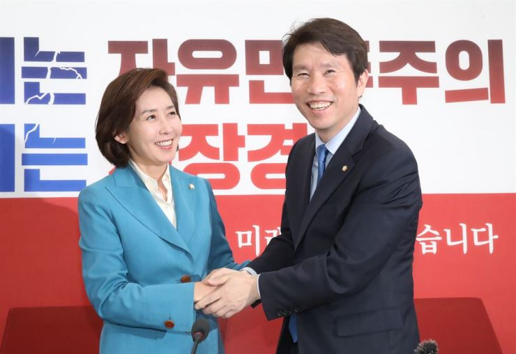 Rep. Lee In-young, left, newly elected floor leader of the ruling Democratic Party of Korea (DPK) shakes hands with Rep. Na Kyung-won, floor leader of the main opposition Liberty Korea Party (LKP) in their first meeting since Lee took the office on Wednesday at the National Assembly, Thursday. Yonhap