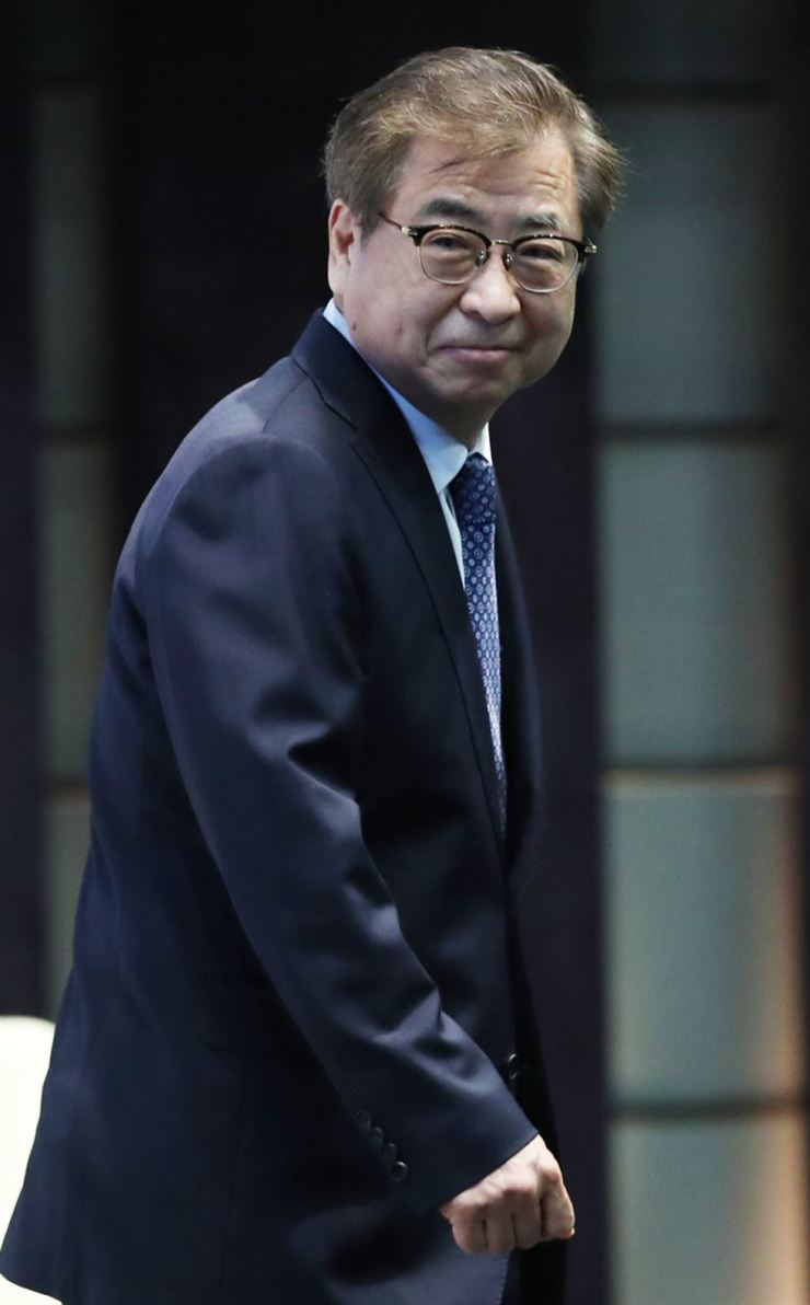 National Intelligence Service Director Suh Hoon leaves the podium after delivering a congratulatory speech at the 2019 Global Intelligence Summit in the Westin Chosun Seoul, Monday. Conservative parties raised doubts about Suh's possible role for next year's general election after he was seen having a meeting with President Moon Jae-in's confidant Yang Jung-chul, chief of the ruling Democratic Party of Korea's Institute for Democracy, in a restaurant in Seoul. Yonhap