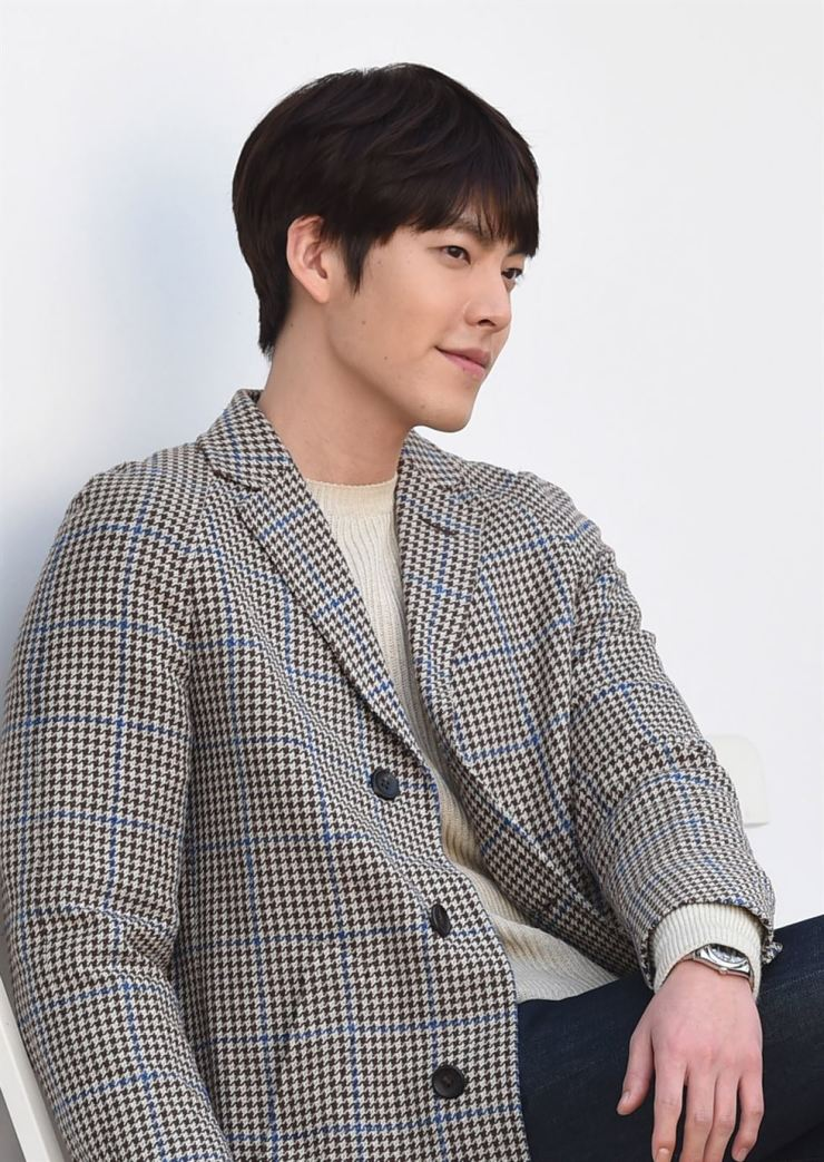 Actor Kim Woo-bin was spotted recently at the Gimpo International Airport. Kim was diagnosed with cancer in May 2017, while he was shooting for a film. / Korea Times file.