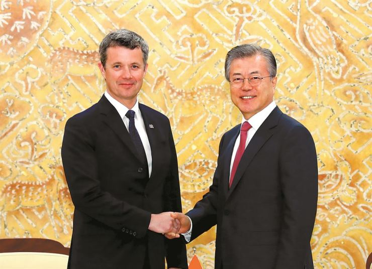 President Moon Jae-in, right, shakes hands with Crown Prince Frederik of Denmark at the start of their meeting at Cheong Wa Dae, Monday. Yonhap
