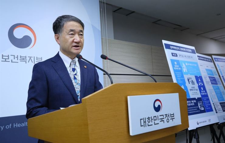 Health Minister Park Neung-hoo speaks during a press briefing at the government complex in Sejong, Tuesday. Yonhap