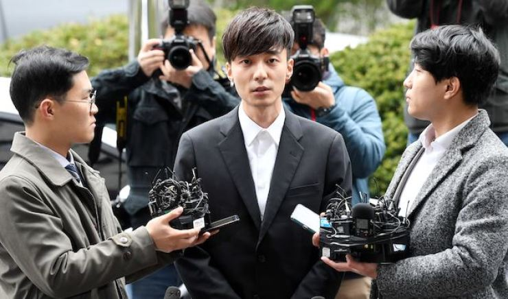 Singer Roy Kim arrives at the Seoul Metropolitan Police Agency on April 10 for questioning over the alleged illegal distribution of sexually explicit photos through a messenger service. Hankook Ilbo