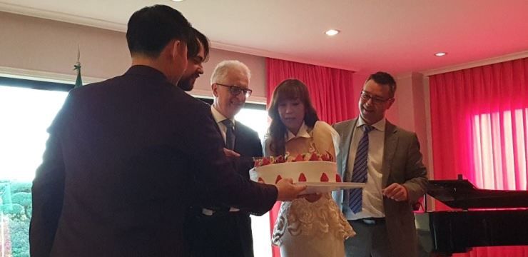 Italian Ambassador to Korea Federico Failla, third from right, joins a cake-cutting ceremony with Korean opera singer Sumi Jo, second from right, and Vice Head Rizzo, right, of the Italian Embassy in Korea at Failla's residence in Hannam-dong, Seoul, May 6. / Korea Times photo by Yi Whan-woo