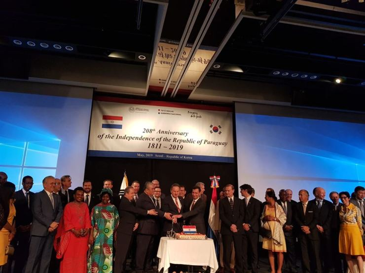 Paraguayan Ambassador to Korea Raul Silvero, front row sixth from left, joins a cake-cutting ceremony during a recent reception in Seoul to mark the 208th anniversary of Paraguay's Independence Day. / Embassy of Paraguay