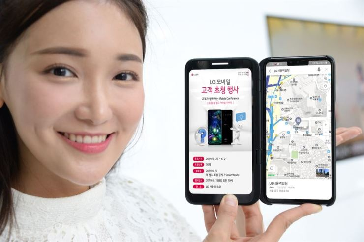 A model promotes LG Electronics' Mobile Conference event ― which will be held on June 15 in Seoul ― using the firm's 5G network-enabled smartphone. / Courtesy of LG Electronics
